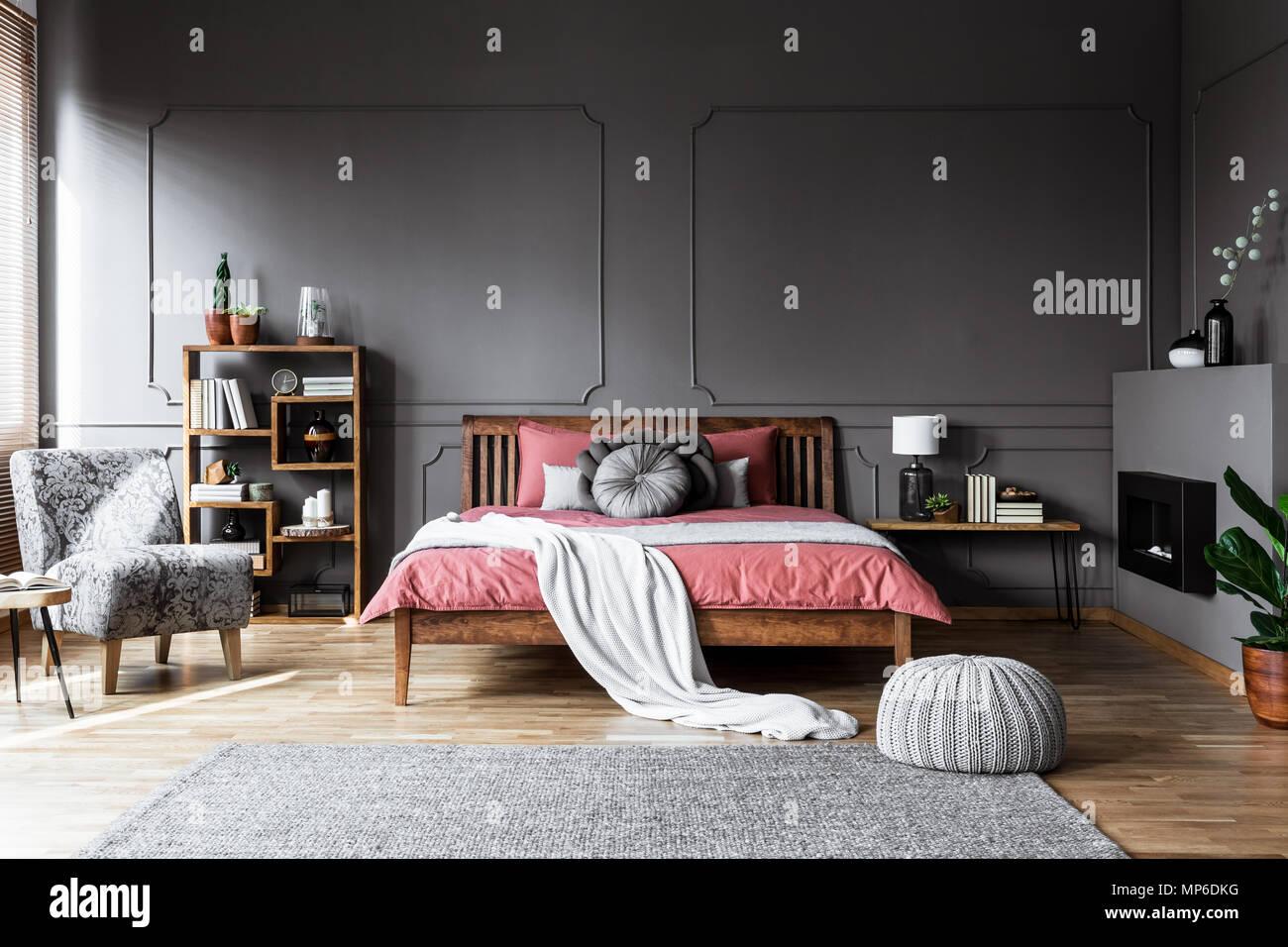 Real Photo Von Einem Gemutlichen Schlafzimmer Mit Bett Aus Holz In