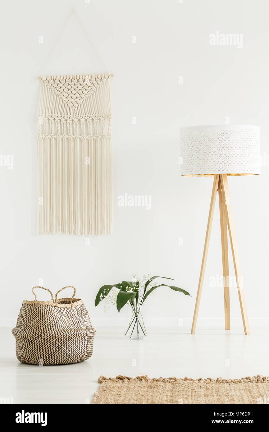 Ruhige Zen Wohnzimmer Interieur Mit Jute Dekoration, Stativ Stehleuchte Und  Eine Beige Macrame Auf Einer Weißen Wand
