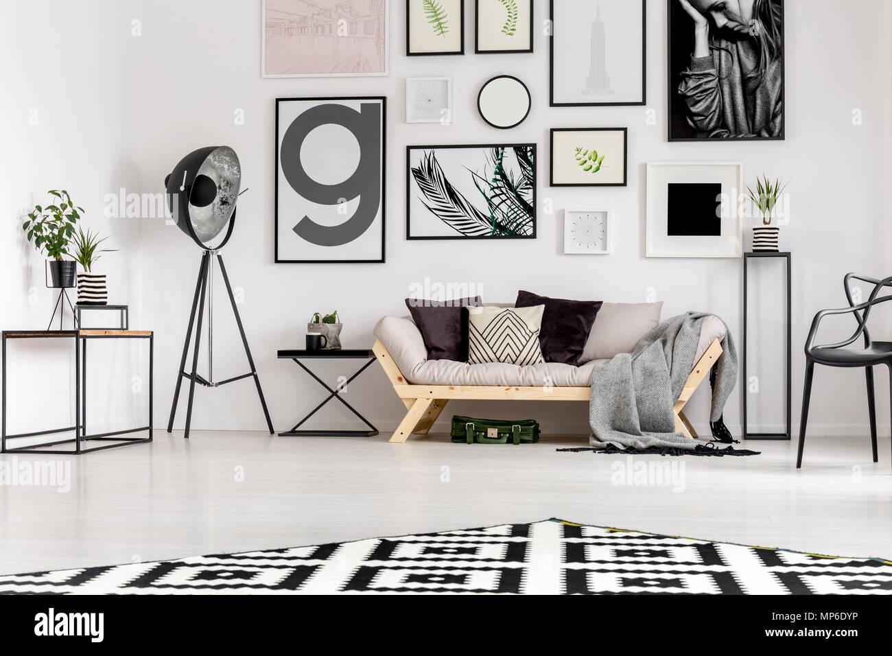 Lampe Neben Beige Couch Mit Kissen In Scandi Wohnzimmer Mit