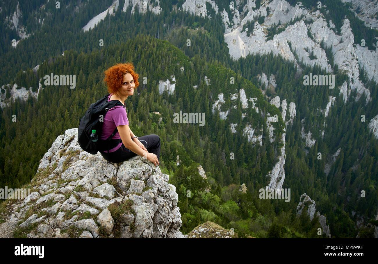 Klettersteig Hessen : Frau klettern am klettersteig in den rocky mountains stockfoto