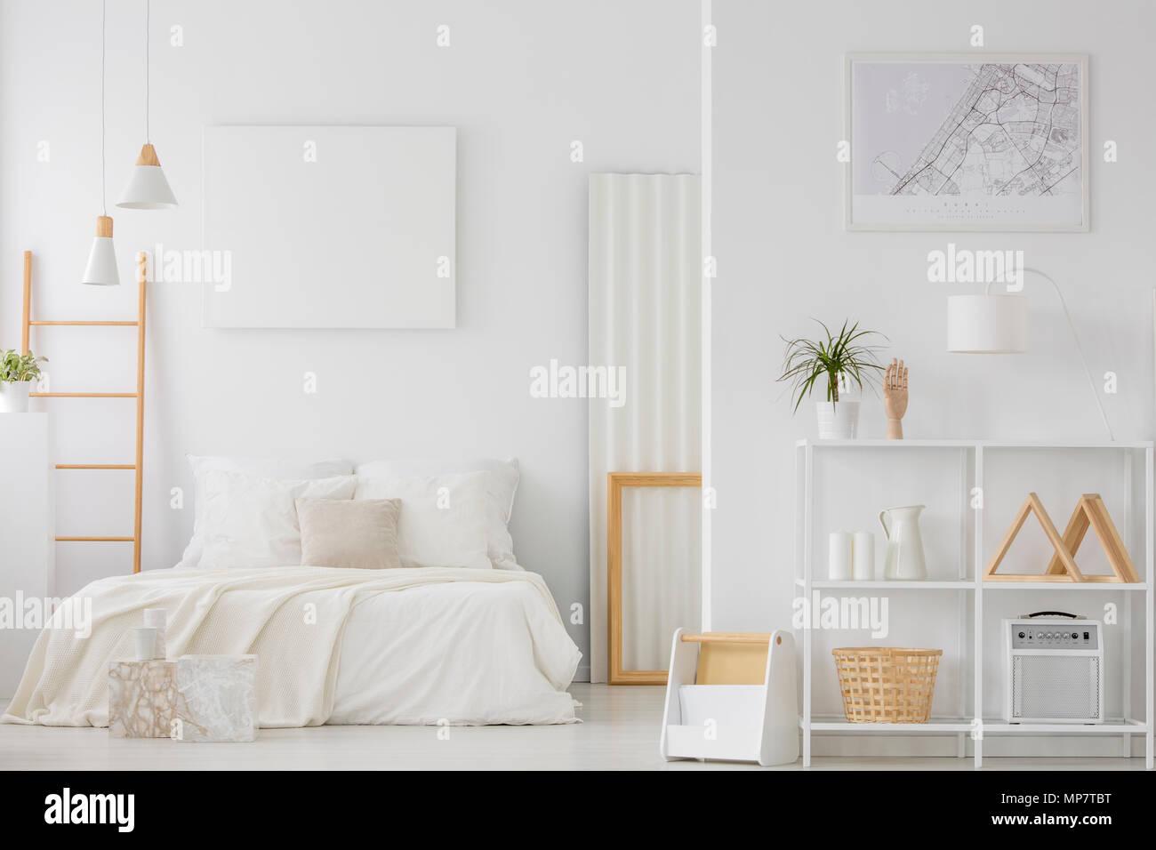 Platz Weiß Schlafzimmer Mit Doppelbett Und Leere Poster An Der Wand Hängen  Öffnen