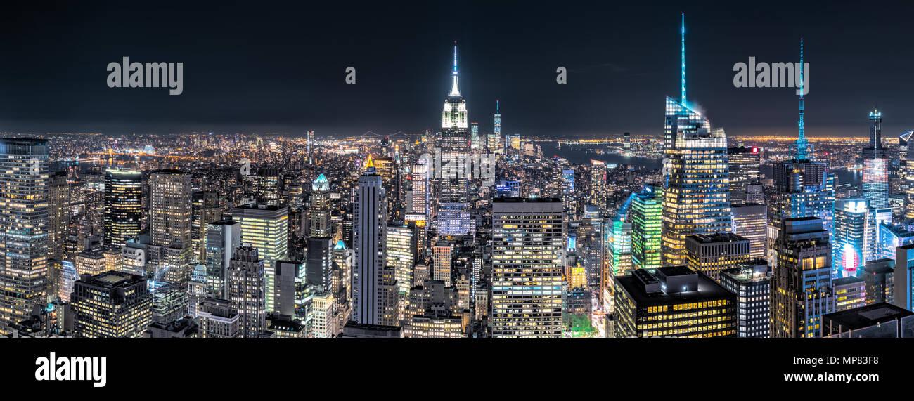 Luftaufnahme über New York City bei Nacht Stockbild
