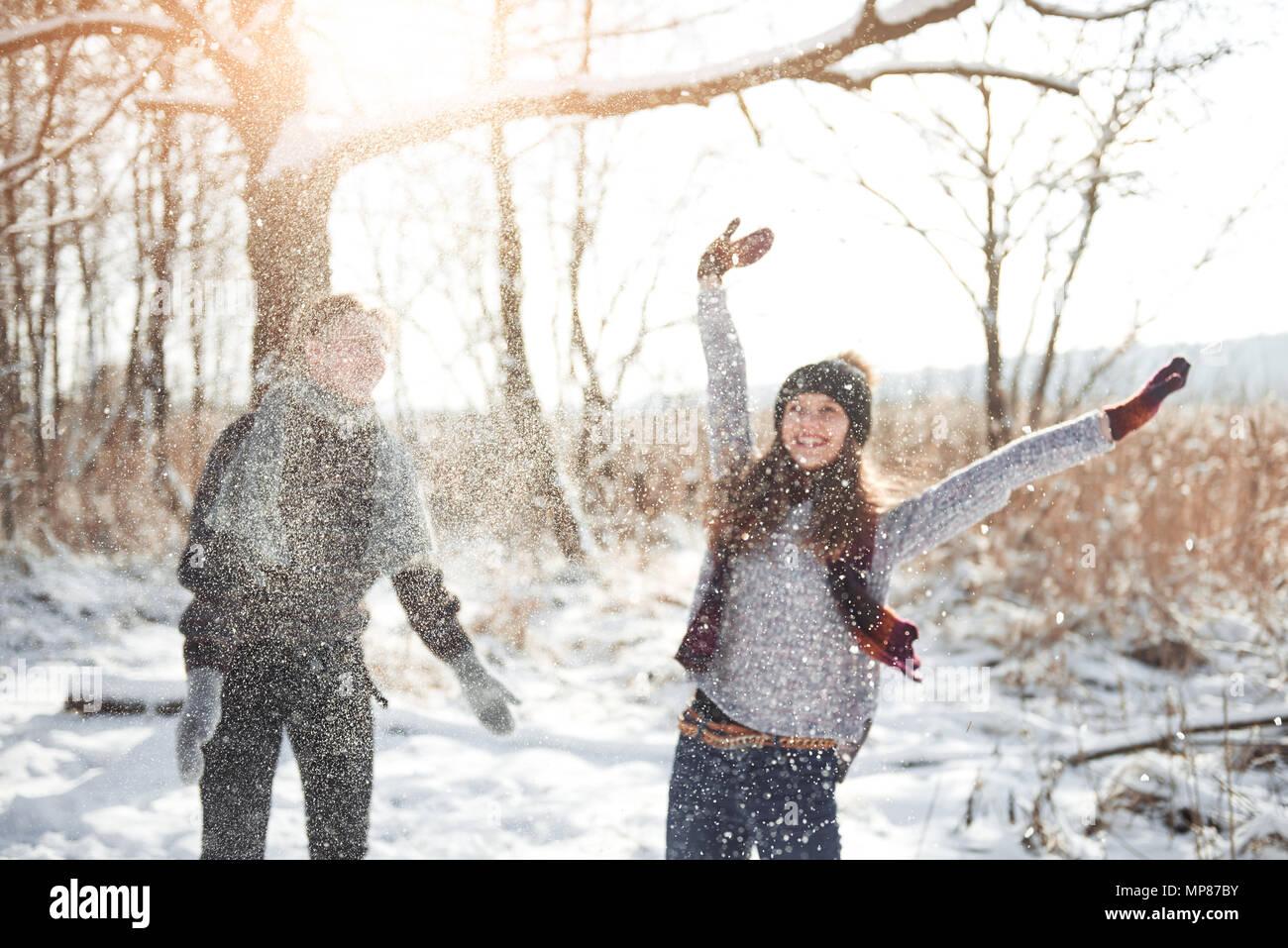 Paar Hat Spaß Und Lacht Kuss Junge Hipster Paar Umarmen In Winter