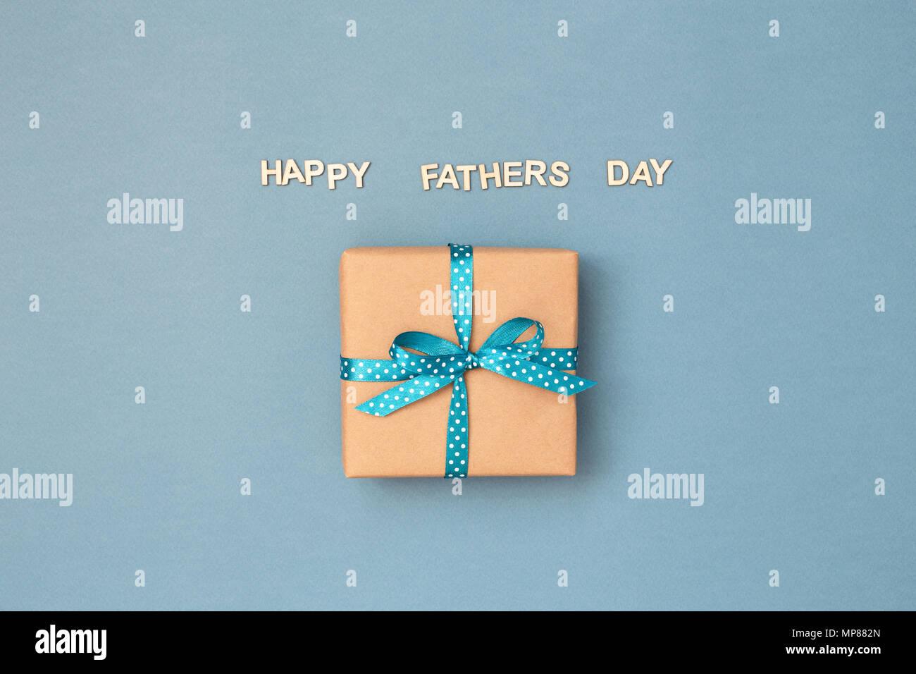 Happy Vatertag Karte Mit Geschenkbox In Kraftpapier Mit Blue Ribbon