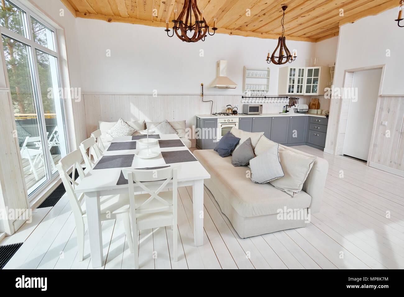 Wide Angle Shot der modernen offenen Wohnzimmer mit weißen Holztisch ...