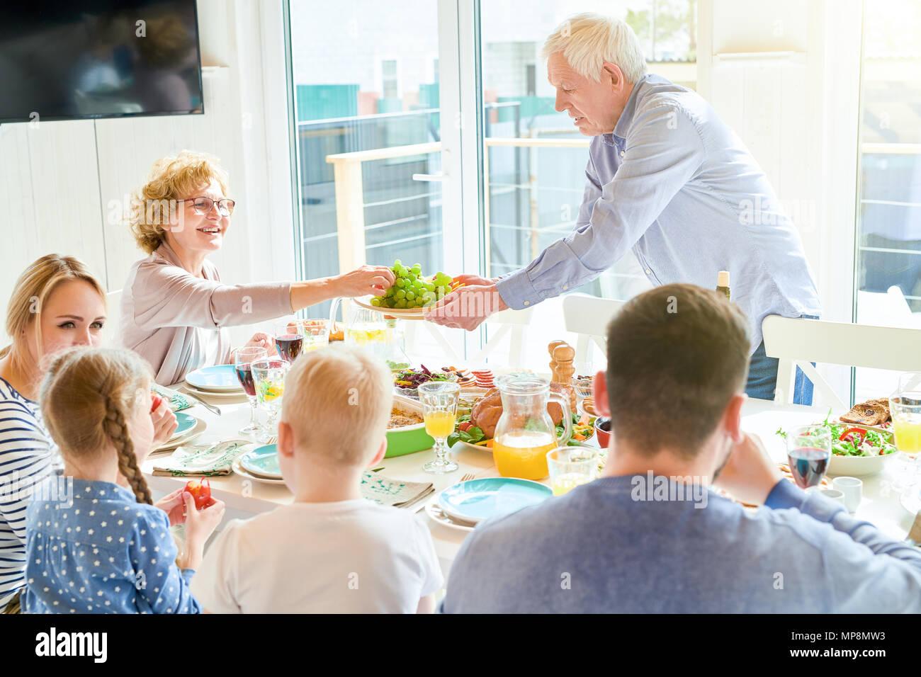 Abendessen mit der Familie zu Hause. Stockbild