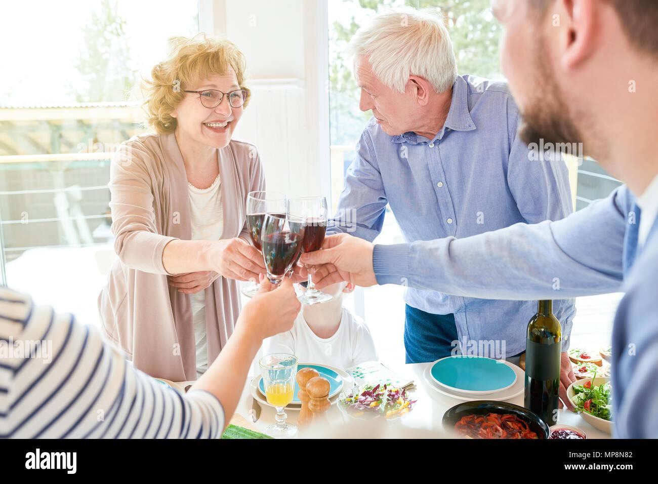 Großeltern genießen Familie Feier Stockbild