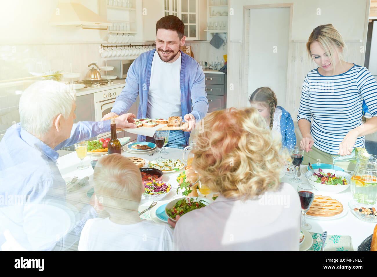 Familie Abendessen im Sonnenlicht Stockbild