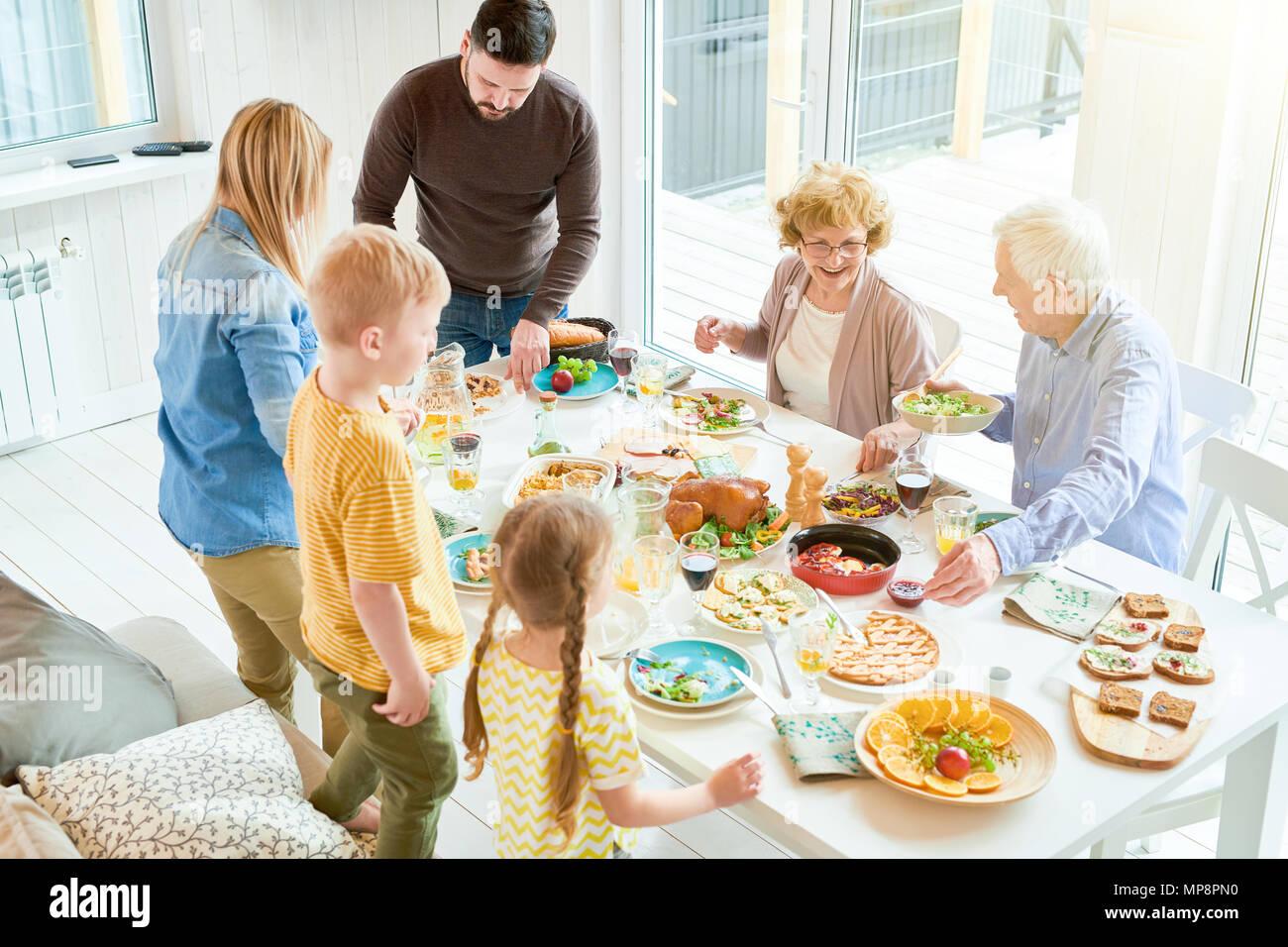 Festliche Abendessen mit der Familie im Sonnenlicht Stockbild
