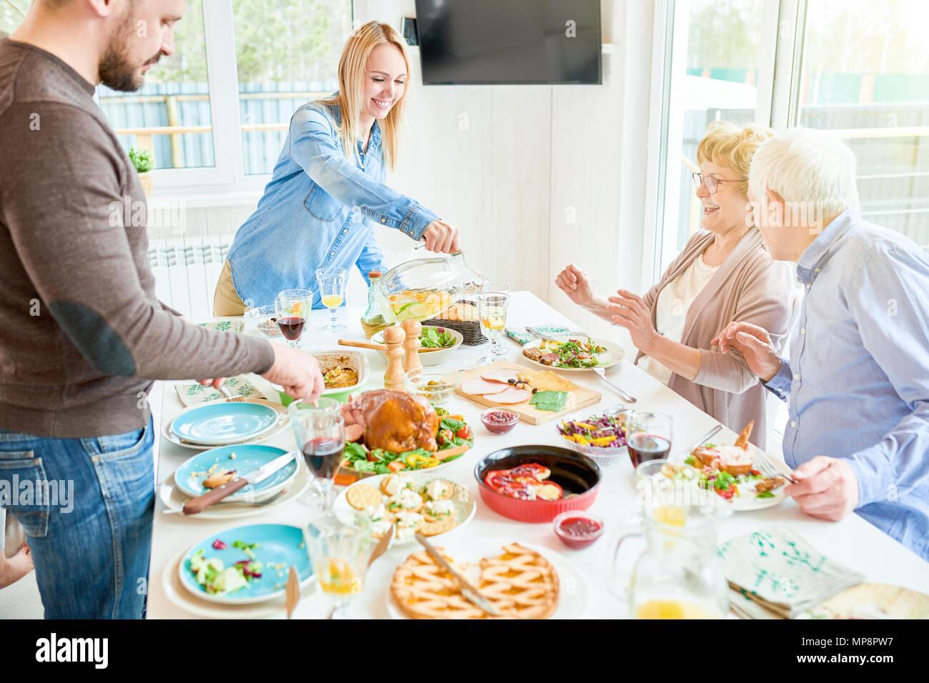 Glückliche Familie, Abendessen in Buffetform in einer modernen Wohnung Stockbild