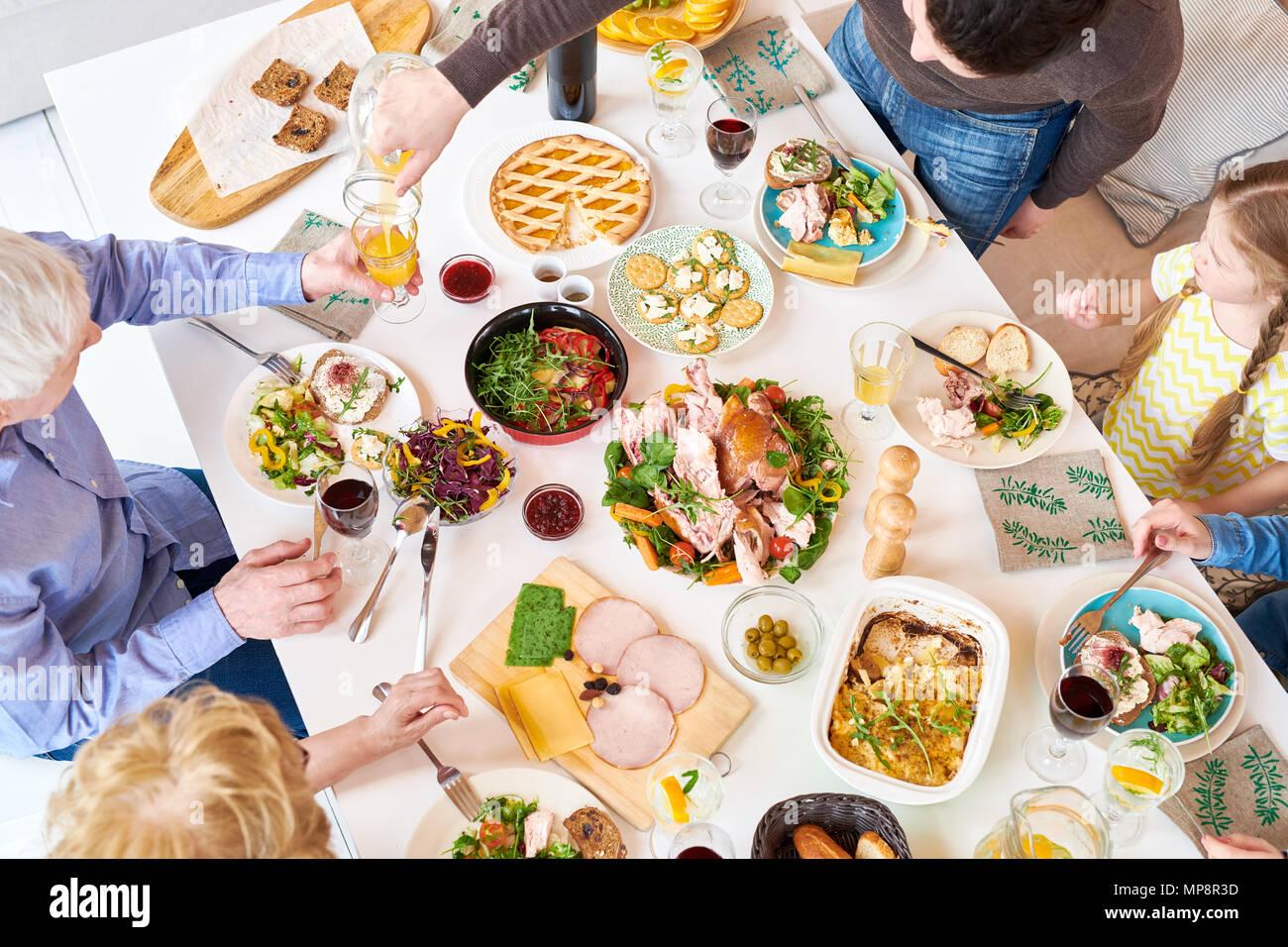 Blick von oben auf die Familie Abendessen Stockbild