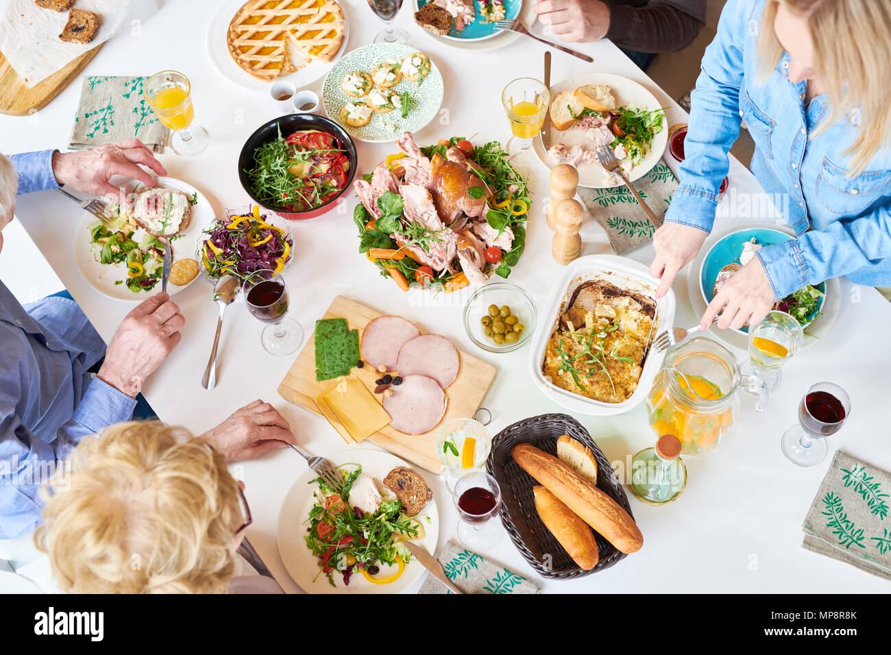 Oben Blick auf glückliche Familie Abendessen Stockbild