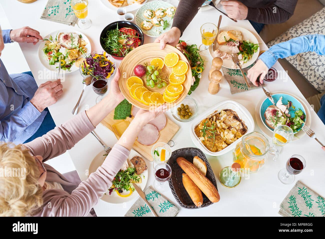 Blick von oben auf die glückliche Familie Abendessen Stockbild