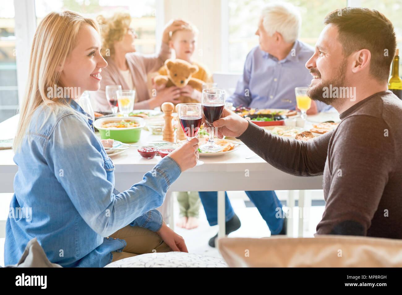 Glückliches Paar am Abendessen mit der Familie Stockbild