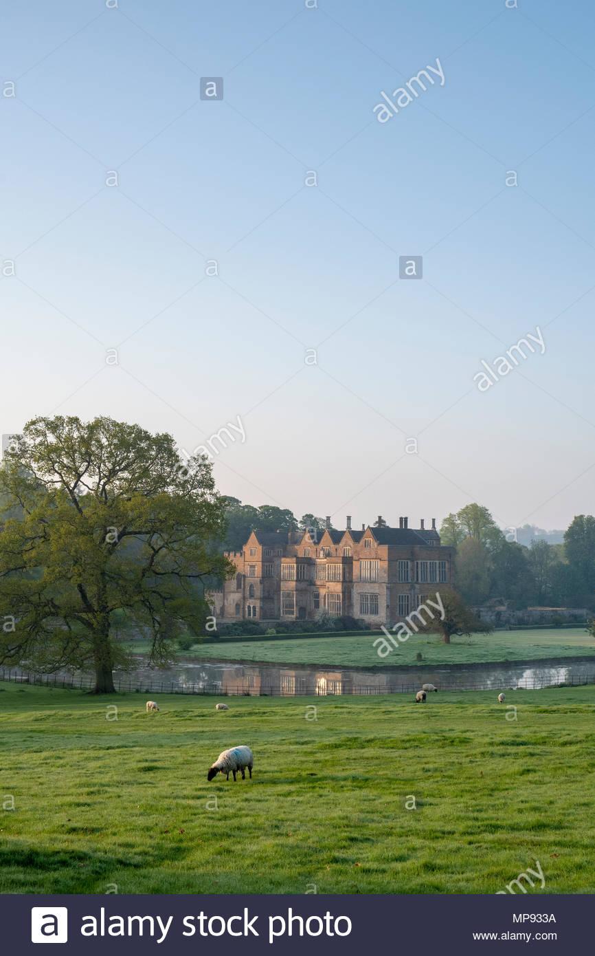 Broughton schloss im Frühjahr bei Sonnenaufgang. Broughton, Banbury, Oxfordshire, England Stockbild