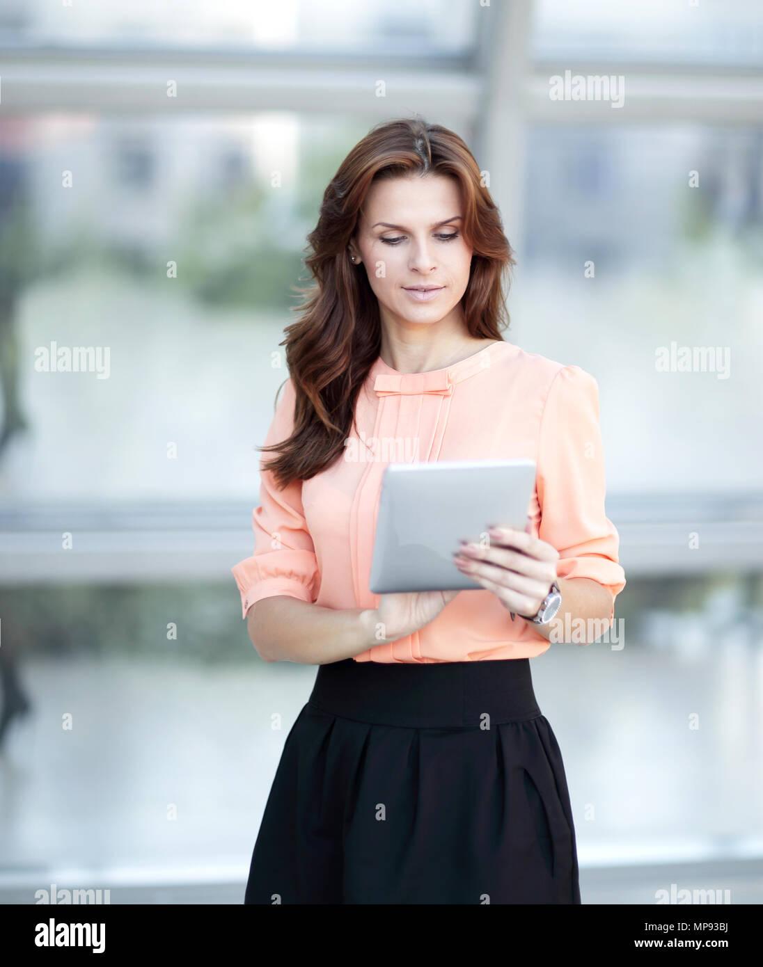 Moderne Geschäftsfrau Eingeben von Text auf einem digitalen Tablet. Stockbild