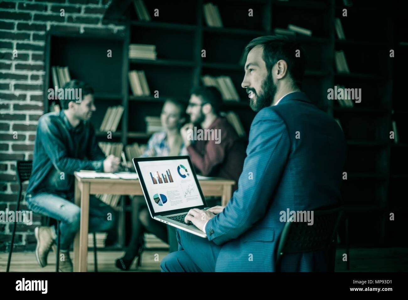 Leiter Finanzen arbeitet mit dem marketing Grafik auf dem Laptop Stockbild