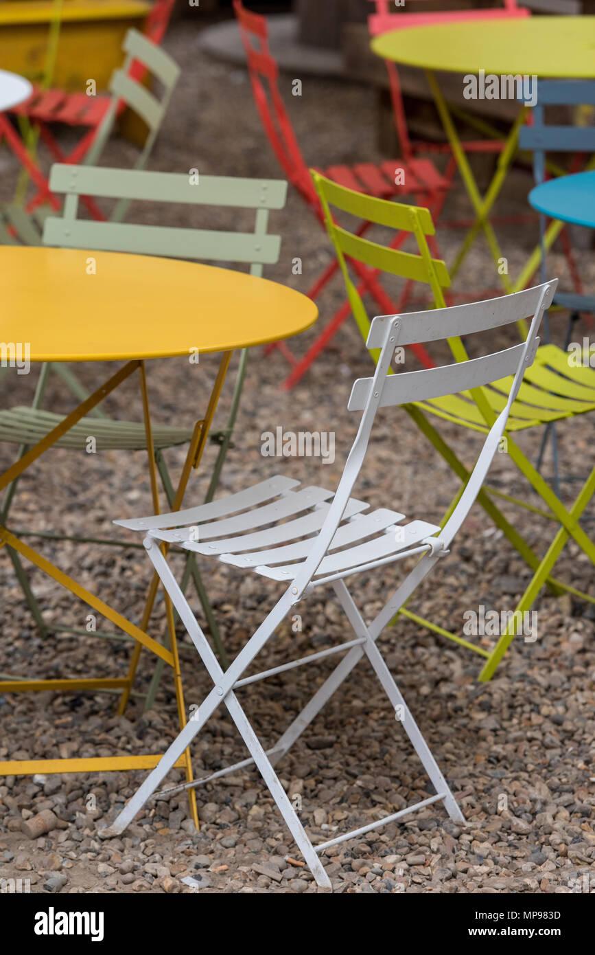 Eine Auswahl Von Bunten Tisch Und Stuhlen Oder Terrasse Und Garten Mobel In Hellen Farben Gestrichen Klappbare Stuhle Und Tische Im Freien Stockfotografie Alamy