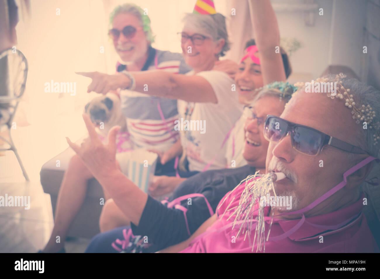 Großväter Gruppe von Menschen, die zu Hause mit Mützen und mehr feiern. lächeln und Spaß vom Senior, junge Junge. pug mit Ihnen. Senioren und Jugendliche indo Stockbild