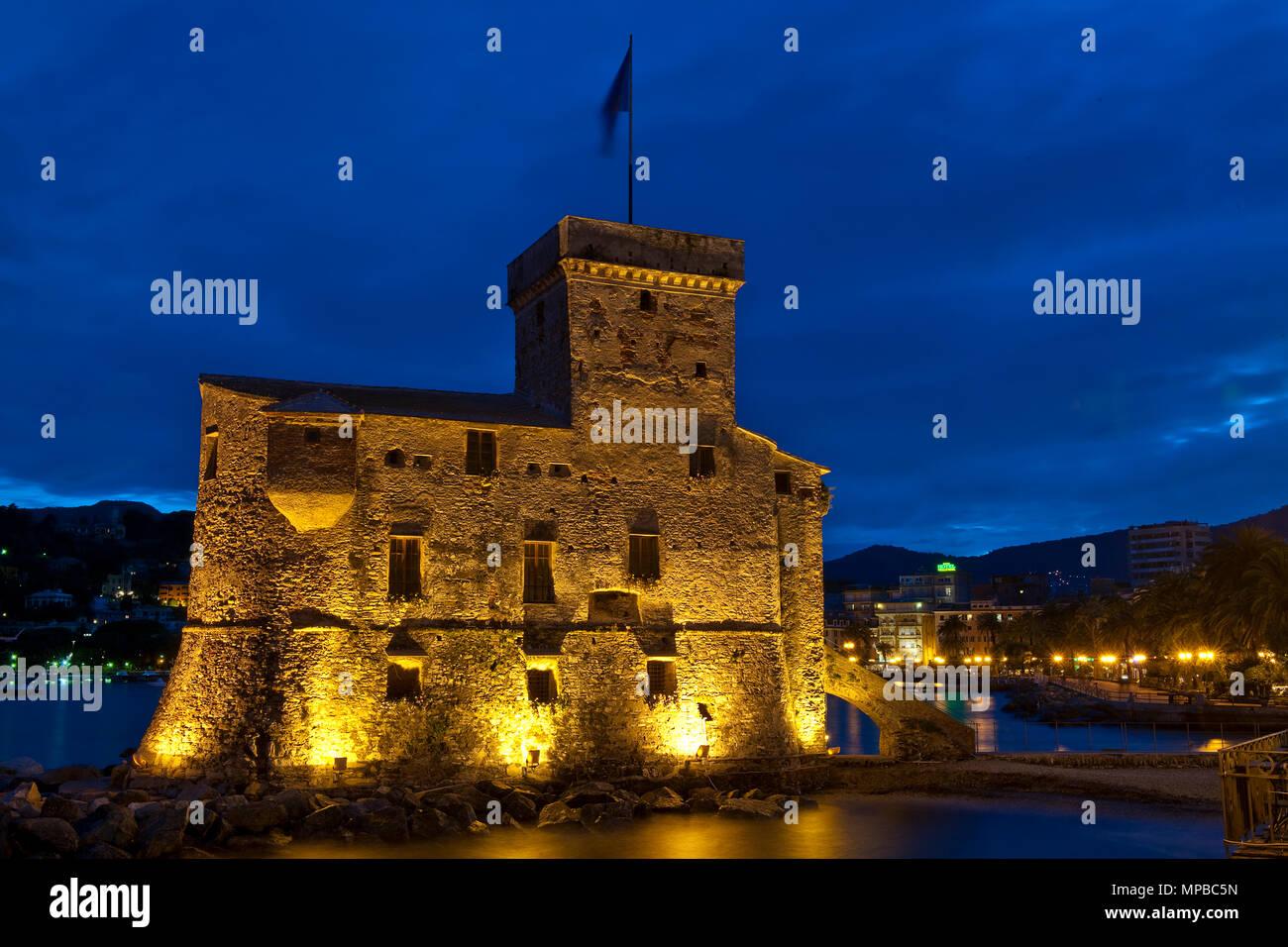 Burg erbaut im Jahre 1551, den Hafen von Rapallo, Italien   1551 erbautes Kastell, Winterkurort und Seebad Rapallo, Italien Stockbild