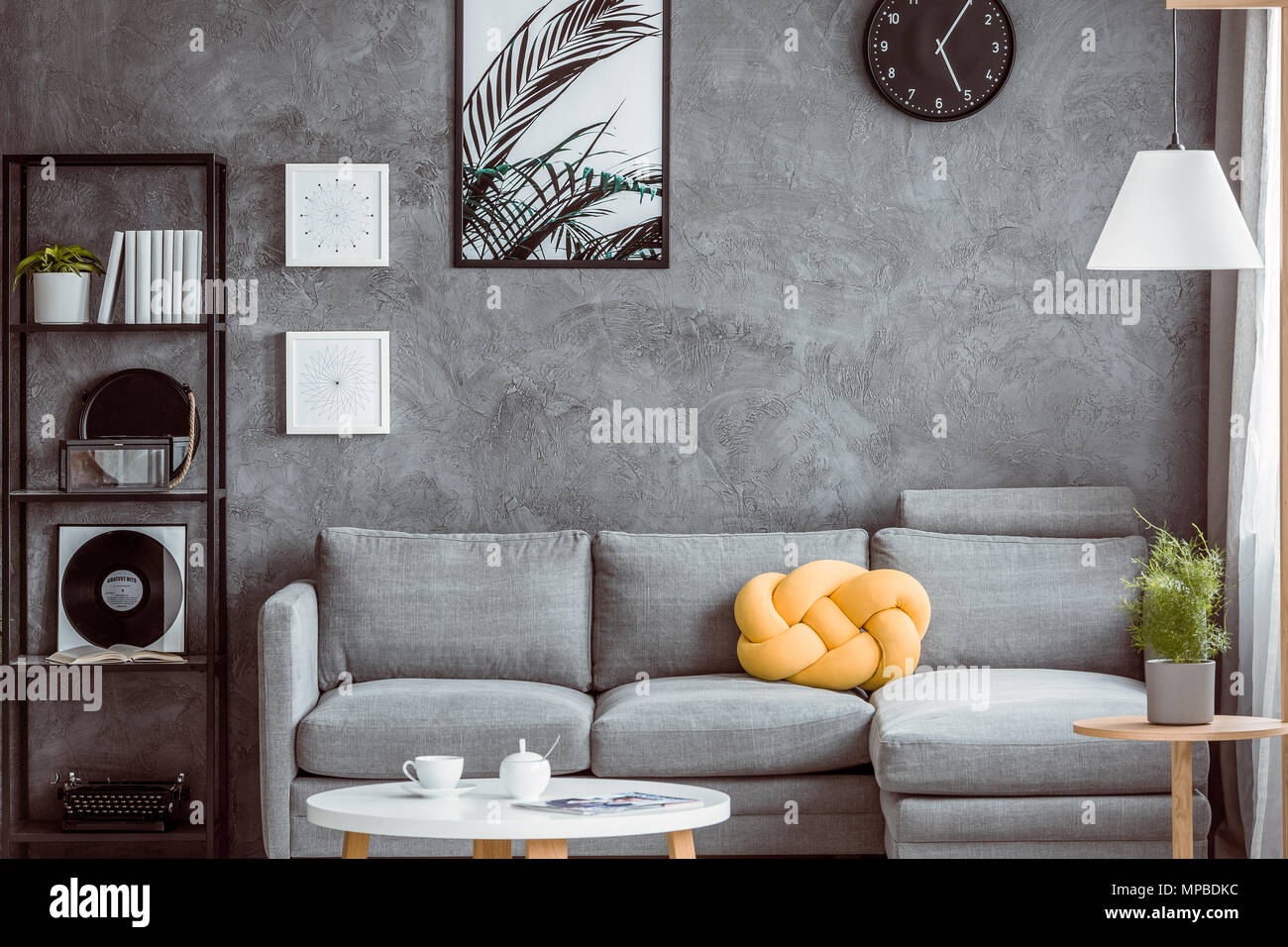 Gelbe Knoten Kissen auf graue Sofa im Wohnzimmer mit Tisch und ...