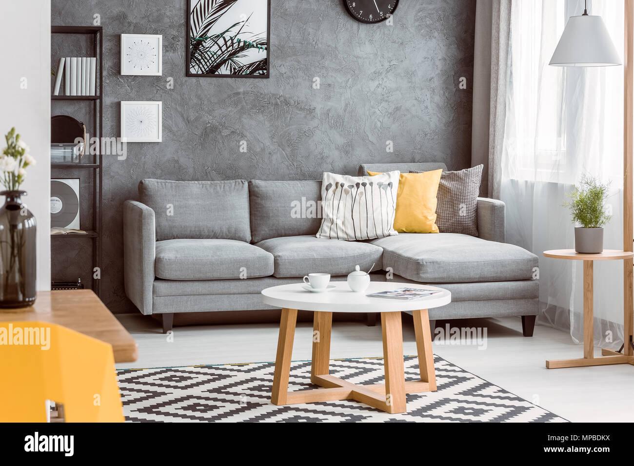 Holz Couchtisch Auf Schwarzen Und Weissen Teppich Im Wohnzimmer Mit