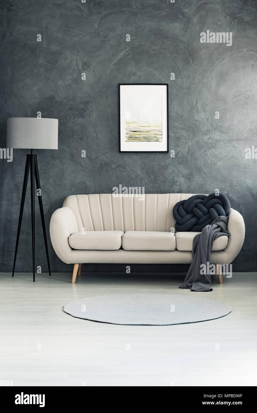 Dunkle Decke Und Kissen Auf Hellen Sofa Im Wohnzimmer Mit Lampe