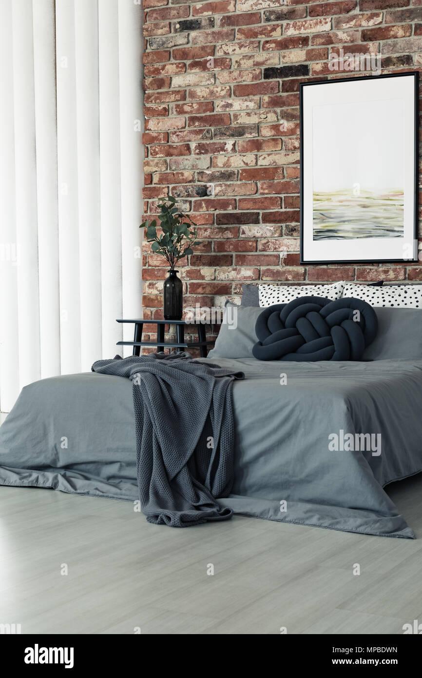 Dunkle Decke Und Kissen Auf Knoten Grau King Size Bett Im