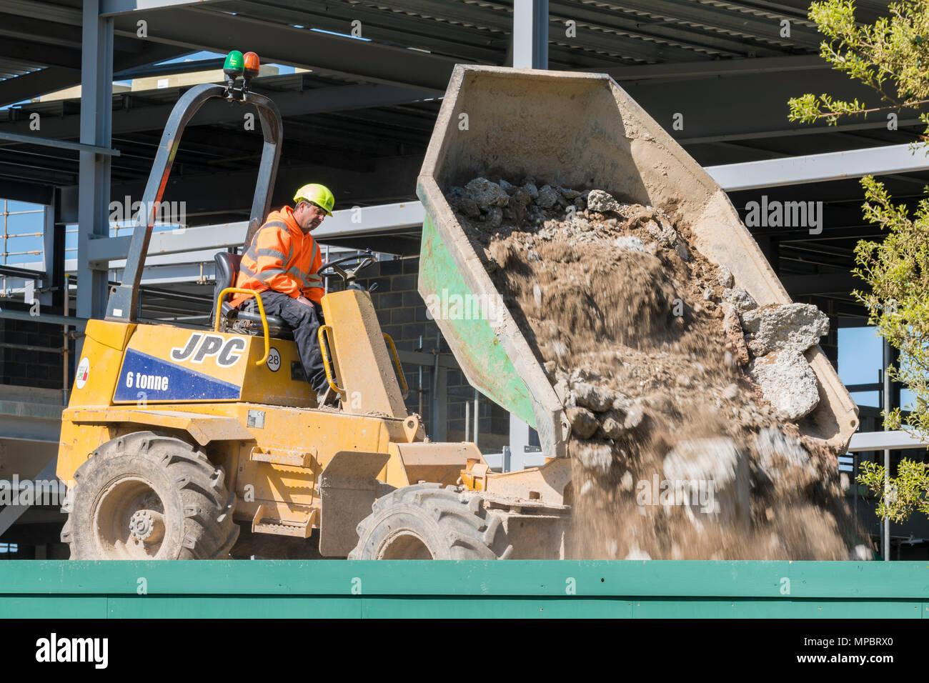 Konstruktion Fahrzeug auf einer Baustelle heraus kippen Schutt. JPC-Fahrzeug. Stockbild
