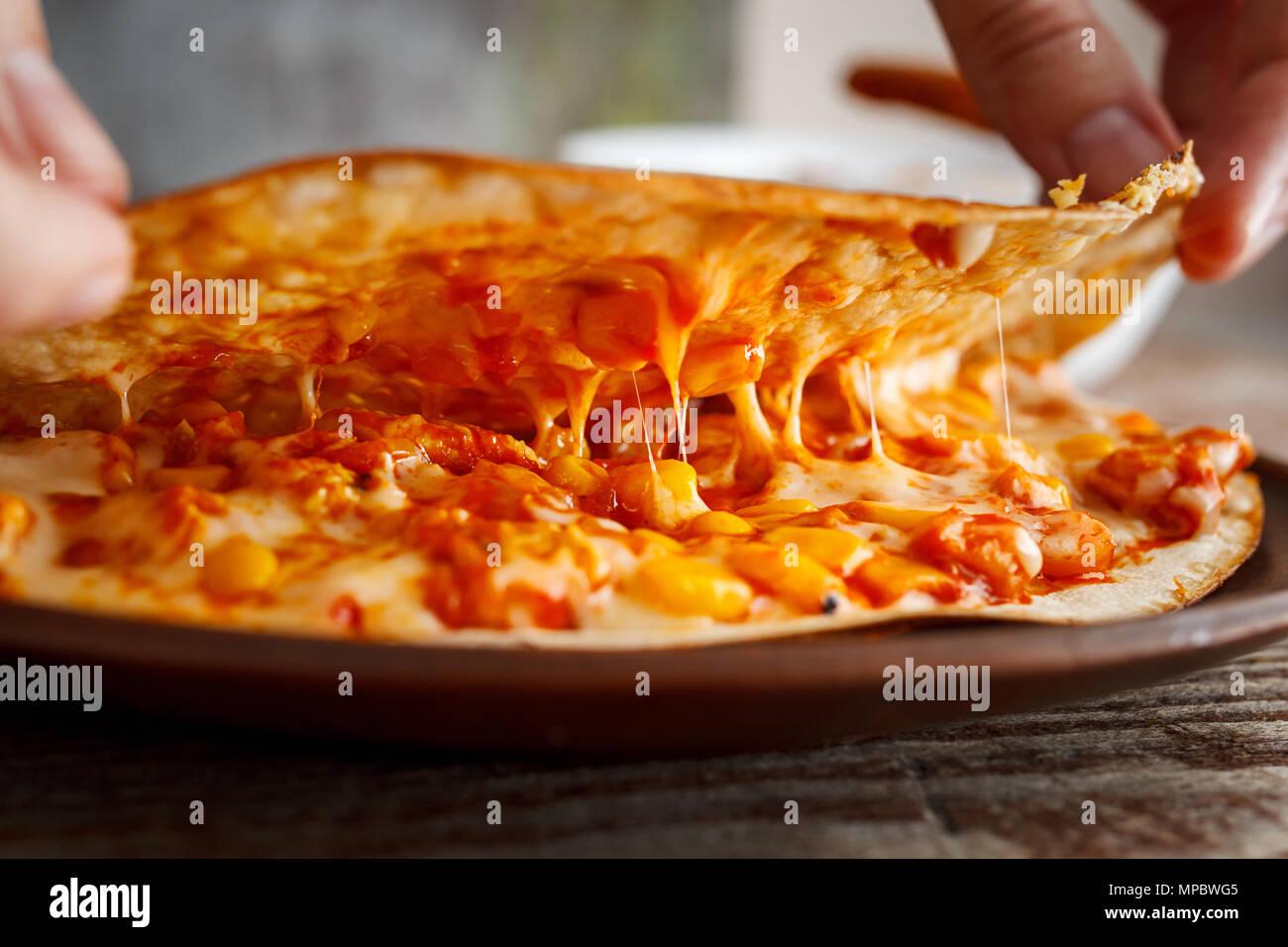 Ziehen Käse innerhalb der quesadilla. Das Konzept der leckere ...