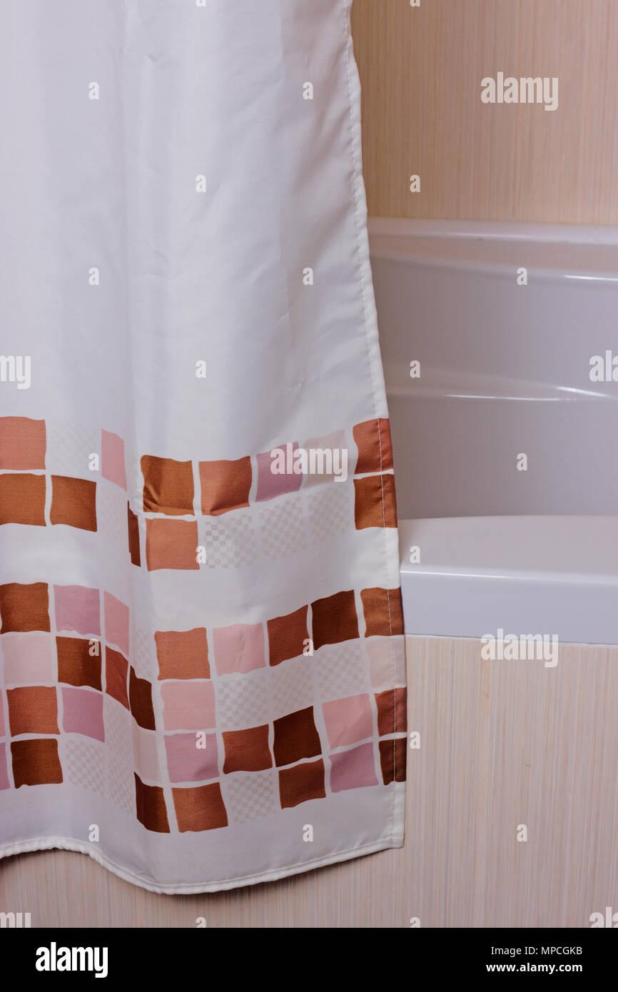 Vorhang im Badezimmer in der Nähe von Das geflieste Bad Stockfoto ...