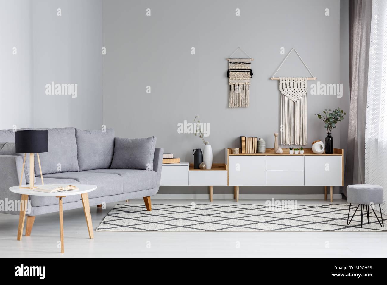 Auf Dem Tisch Neben Grau Sofa Lampe In Scandi Wohnzimmer Interieur