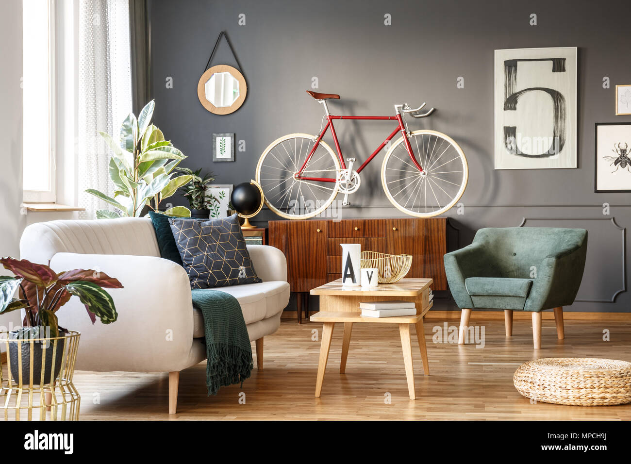 Vintage Einzigartige Wohnzimmer Einrichtung Mit Weißen Bequemes Sofa Mit  Kissen Und Decke, Grün, Sessel, Kleiderschrank, Kleiner Tisch, Rot Fahrrad  Und Ein ...