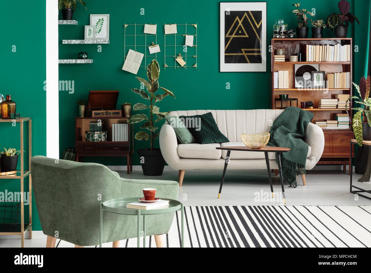 Grün Beige Sofa und Sessel im eleganten Wohnzimmer Interieur mit ...