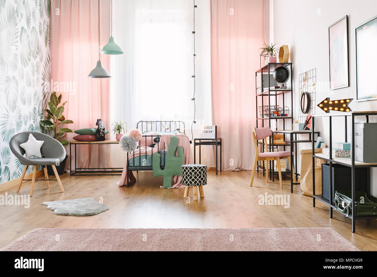 Rosa Mädchen Zimmer Mit Einem Einzelbett, Regale, Grau Sessel Und Cactus  Geformte Kissen