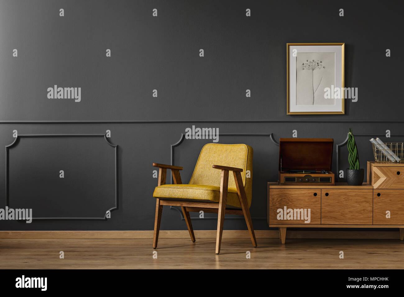 Einfache vintage Wohnzimmer Einrichtung mit schwarzen Wänden ...
