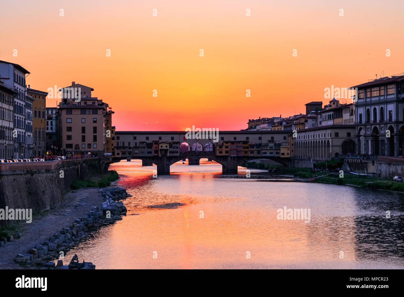 Sonnenuntergang am Ponte Vecchio (Alte Brücke) über den Fluss Arno in Florenz, Italien Stockbild