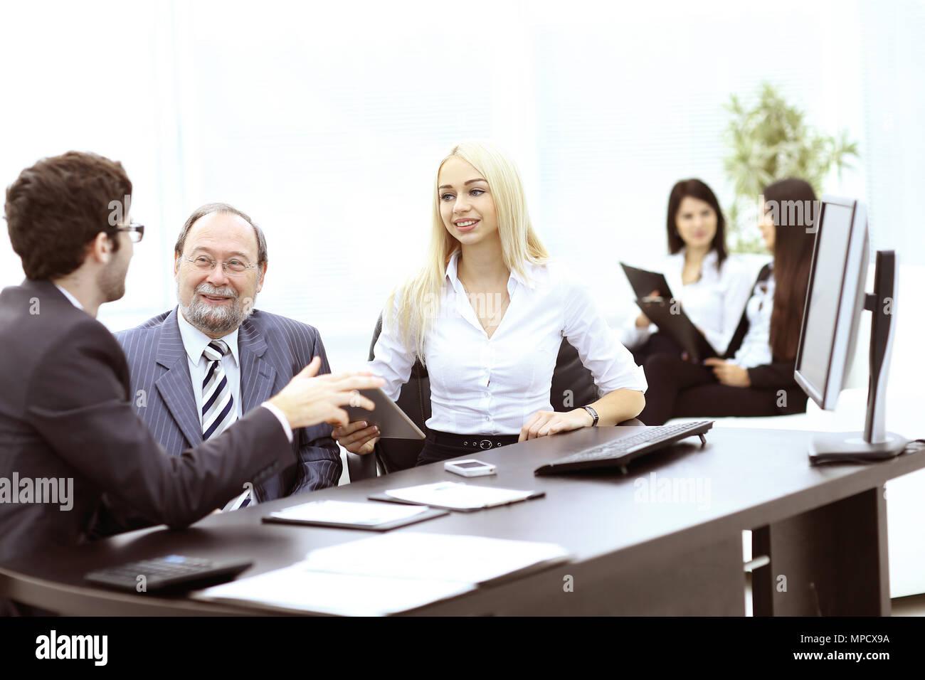 Manager und Kollegen diskutieren ein neues Projekt Stockbild