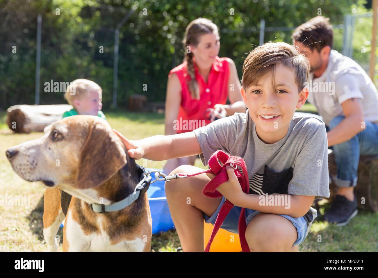Familie mit nach Hause nehmen einen Hund aus dem Tierheim Stockbild