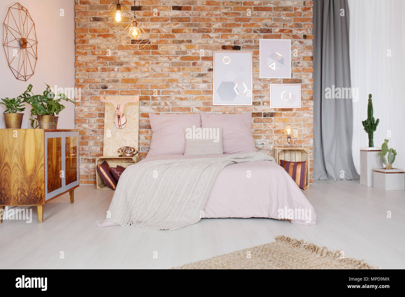 Schlafzimmer mit Palette Beistelltisch und Doppelbett ...
