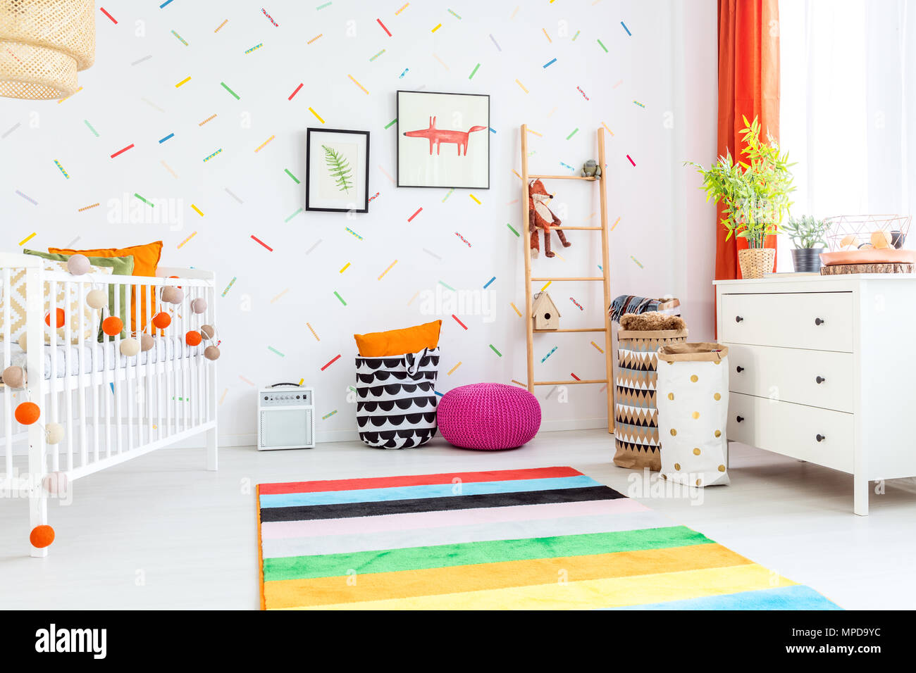 Licht Kinderzimmer Mit Weissen Kommode Und Bunten Teppich Stockfoto