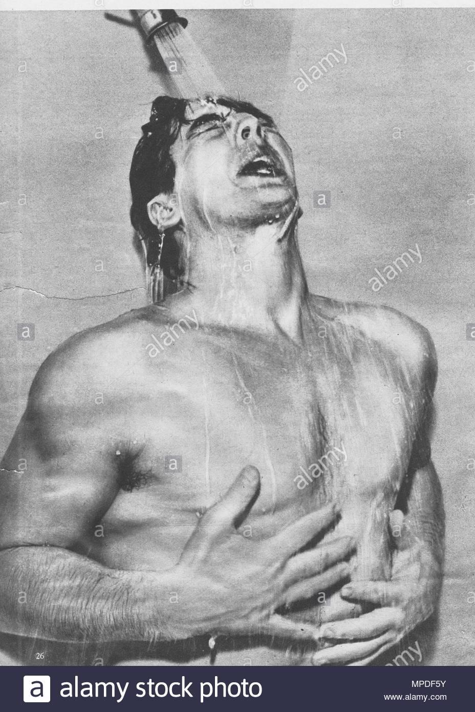 Victor Mature (Januar 29, 1913 - August 4, 1999) war ein US-amerikanischer Bühnen-, Film- und TV-Schauspieler, der vor allem in mehreren biblischen Filme während der 1950er Jahre spielte, und wurde für seine dunklen sieht gut und Mega-Watt Lächeln bekannt. Seine bekanntesten Filmrollen gehören eine Million V.CHR. (1940), My Darling Clementine (1946), Kuß des Todes (1947), Samson und Delilah (1949), Das Gewand (1953). Er erschien auch in einer Vielzahl von Musicals gegenüber Stars wie Rita Hayworth und Betty Grable. Hier duschen. Wie der Hengst im Jahre 1940 bekannt. Stockbild