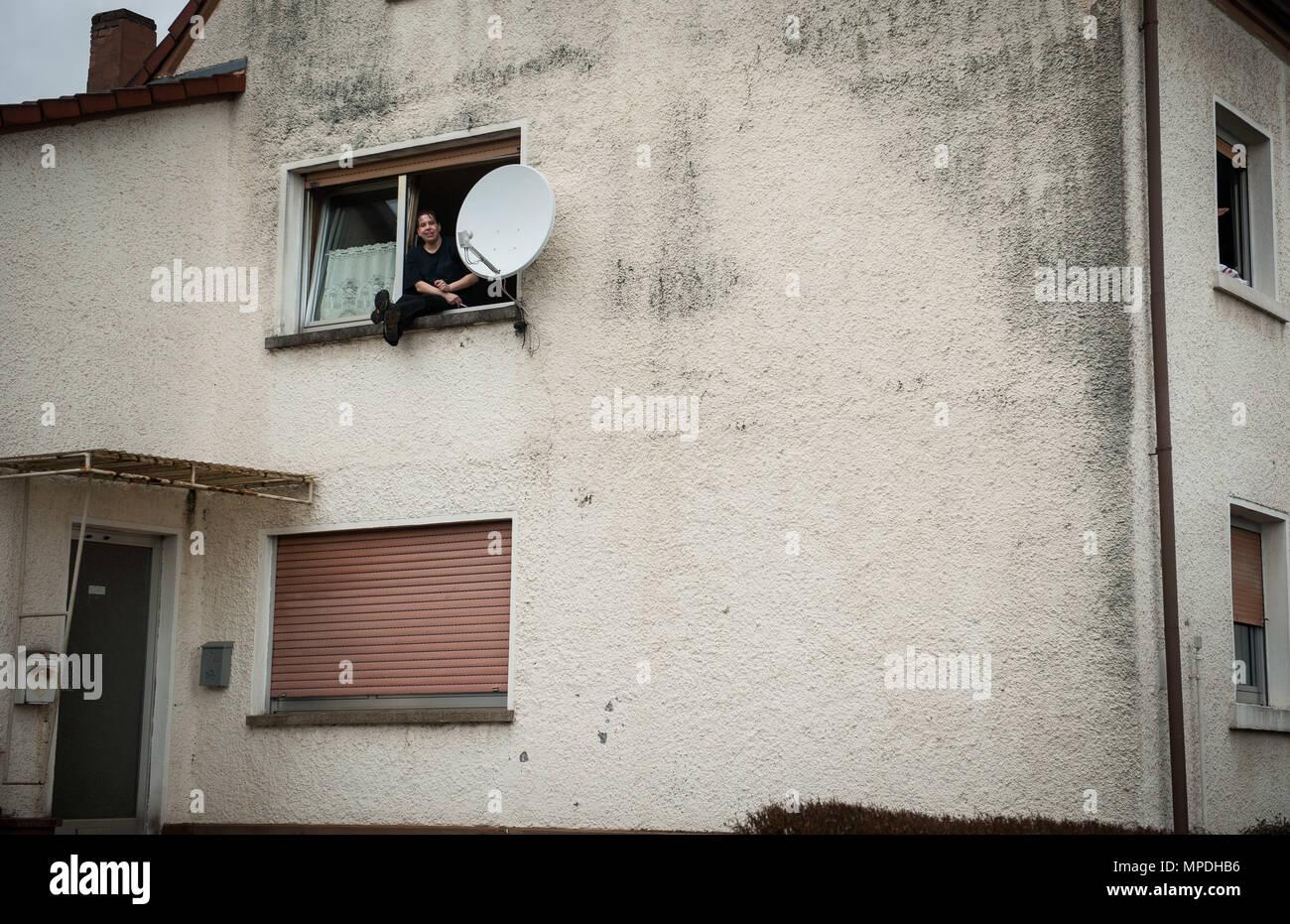 Ein Mann Sitzt Auf Seinem Fensterbrett Die Paraden Außerhalb Seiner