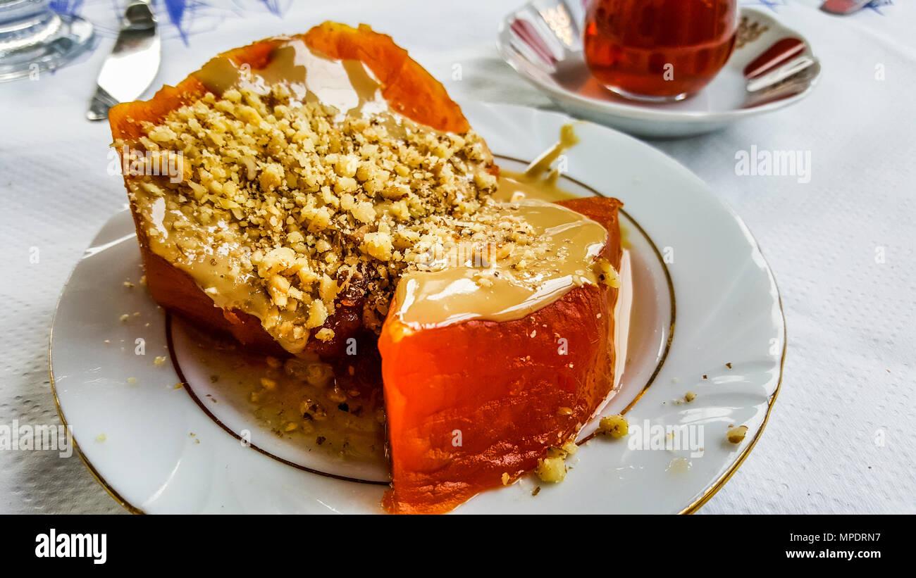 Turkische Kurbis Dessert Mit Pistazien Und Tee Tahinli Kabak Tatlisi