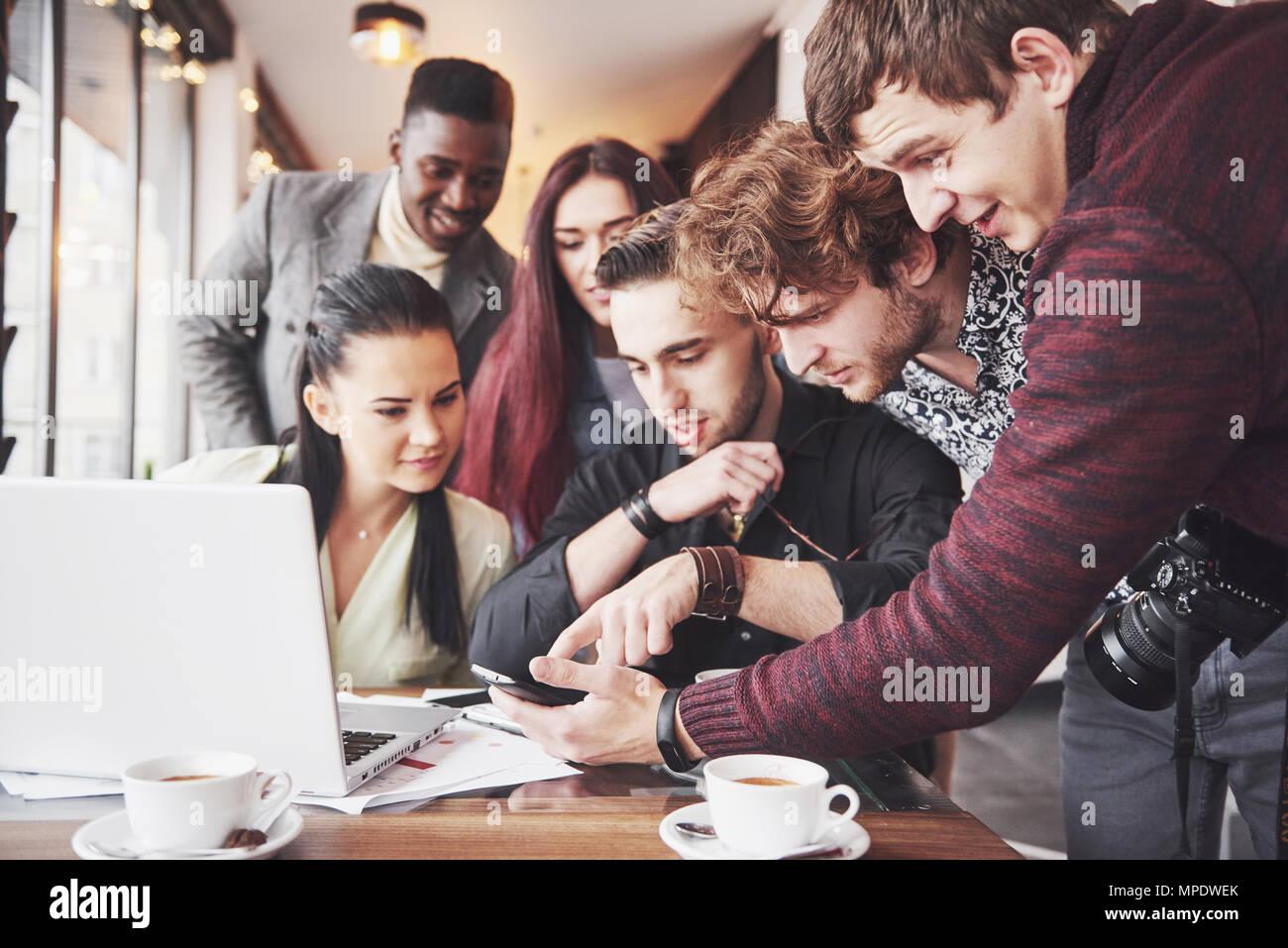 Gruppenbild von fröhlichen alten Freunden kommunizieren miteinander, Freundin posiert auf Café, Urban-Style-Leute, die Spaß, Konzepte über Jugend Zweisamkeit Lebensstil. WLAN verbunden Stockbild