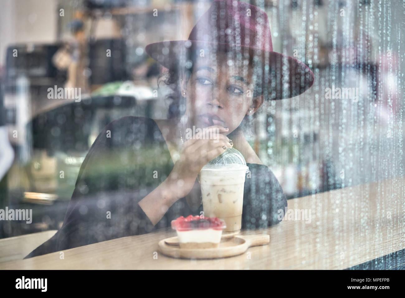 Schöne Mädchen im Cafe Stockbild