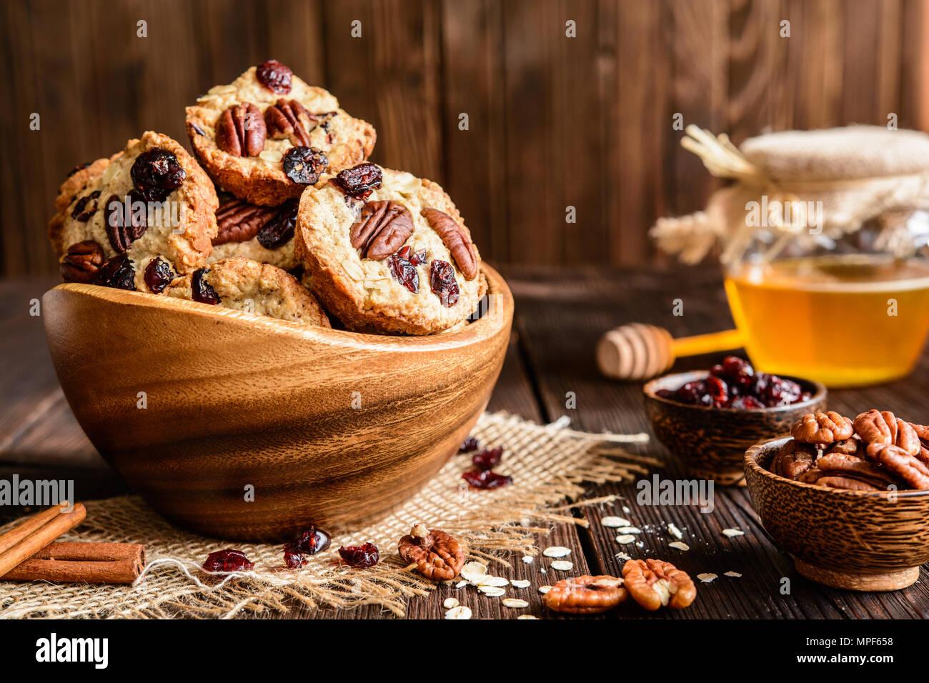 Hausgemachte Vollkorn Haferflocken Cookies mit Pekannuss, getrocknete Cranberries und Honig Stockbild