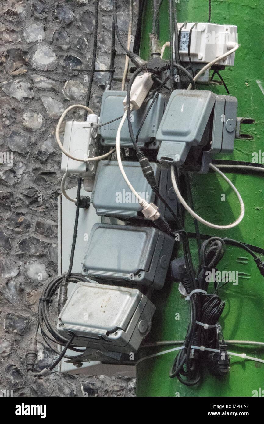 Eine überlastete elektrische Anschlussdose mit Kabel und Stecker in ...