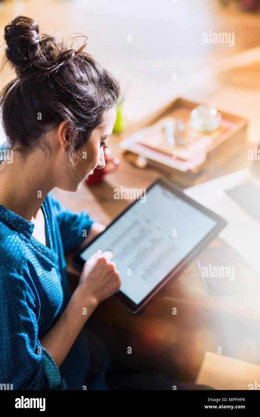 Blick von oben. Eine Frau mit einem digitalen Tablet Stockbild
