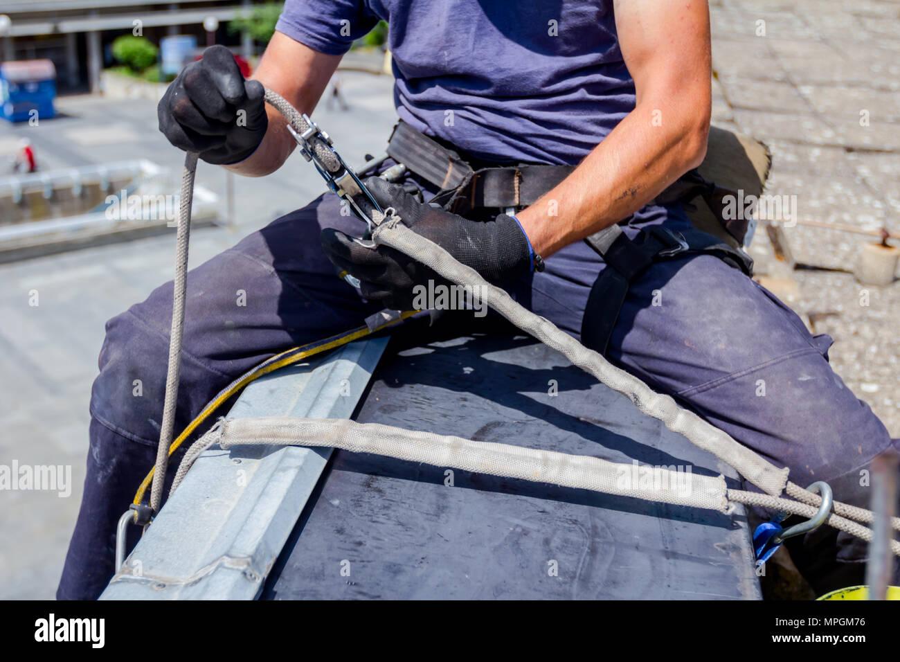 Kletterausrüstung Industrie : Industriekletterer alpinisten passt die kletterausrüstung